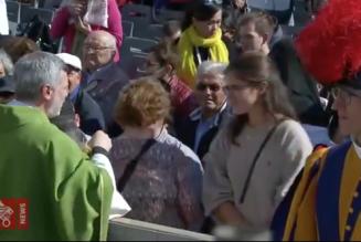Vatican : la Sainte Communion ne doit en aucun cas être donnée dans les mains