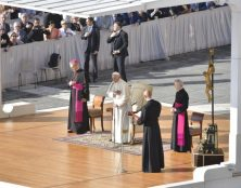 """Le pape François compare l'avortement au recours à """"un tueur à gages"""""""
