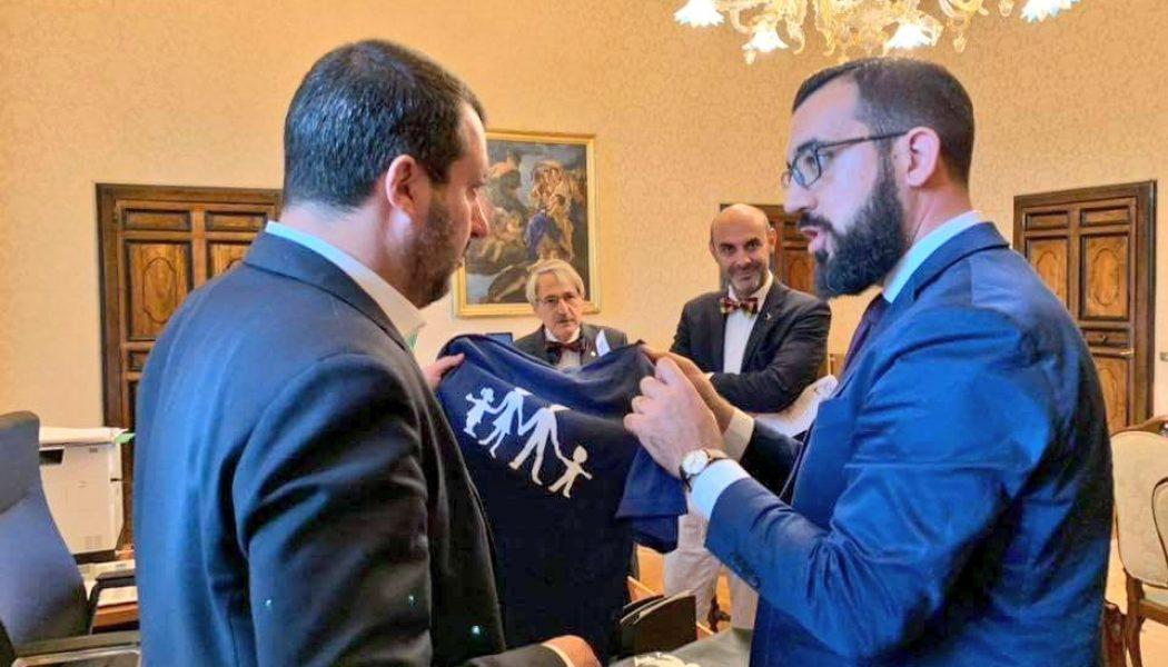 Matteo Salvini prêt à porter le sweat (interdit) de La Manif Pour Tous
