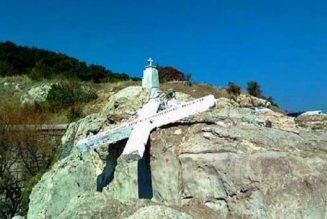 En Grèce, une croix monumentale détruite par les pro-migrants sous prétexte d'esprit de croisade. Mais qui est chez qui?