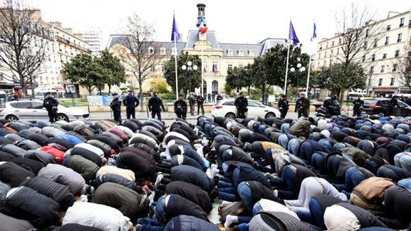 La France compte autant de musulmans que de catholiques chez les 18-29 ans