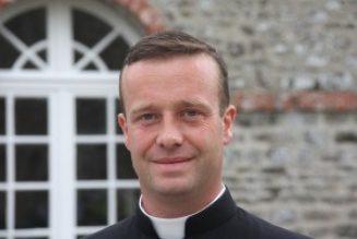 Depuis quelques décennies, un mouvement général de sécularisation du prêtre s'est emparé du clergé