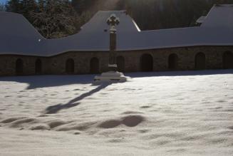 « La neige tombait sur le corps du Chartreux »…