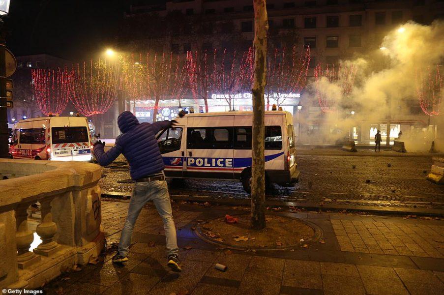 Et pendant ce temps, la police est priée d'éviter d'intervenir dans les territoires musulmans