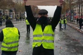 Des chemises brunes aux gilets jaunes : le ridicule ne tue pas.