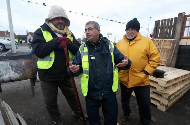 Un prêtre célébrera la messe de Noël avec les Gilets jaunes sur un rond-point