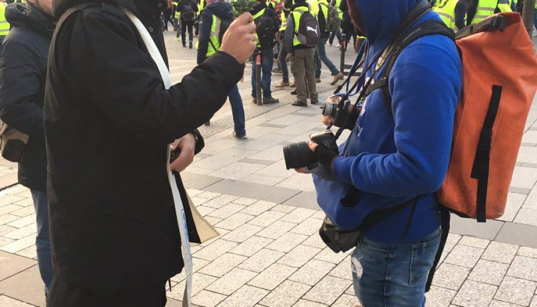 Des prêtres bénissent les gilets jaunes sur les Champs-Elysées