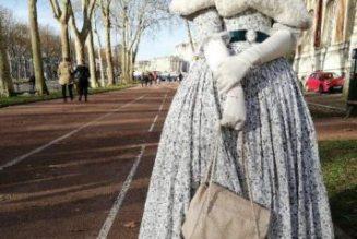 Trop chic dans sa robe belle époque, elle est refoulée du château de Versailles