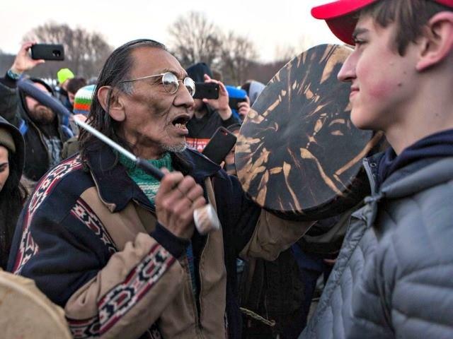 """Intox de nos médias : des adolescents pro-Trump ne se sont pas moqués d'un """"vétéran amérindien"""""""
