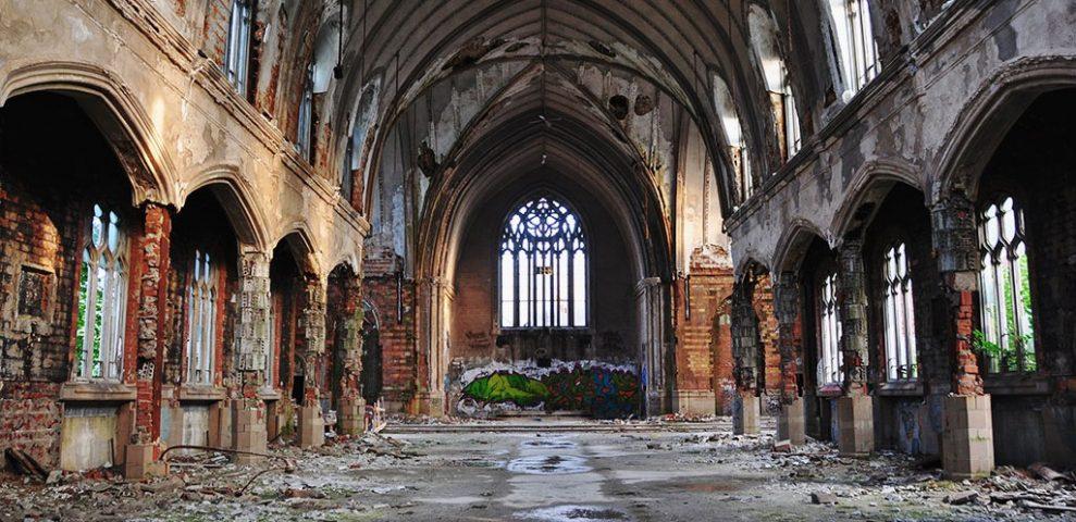 Ne pas croire, ce n'est pas déclarer le ciel vide: c'est le déconstruire pour le remplir d'idoles