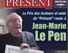 """Le Prix des lecteurs et amis de """"Présent"""" remis à Jean-Marie Le Pen"""
