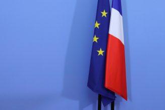 """Le drapeau européen désormais obligatoire dans les classes """"grâce"""" à un amendement LR"""