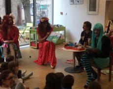 Atelier de lecture par des drag-queens