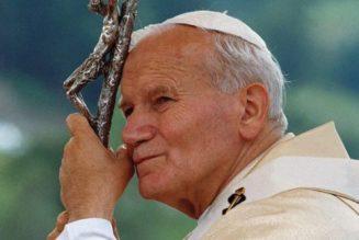Saint Jean-Paul II : l'administration d'eau et de nourriture, même à travers des voies artificielles, représente toujours un moyen naturel de maintien de la vie