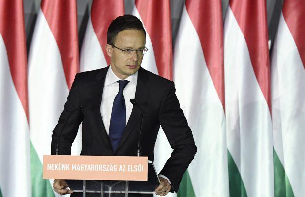 Le ministre hongrois des Affaires étrangères dénonce un changement de population