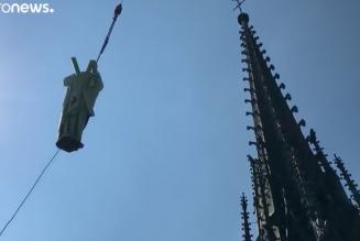 Les statues de la flèche de Notre-Dame survolent Paris