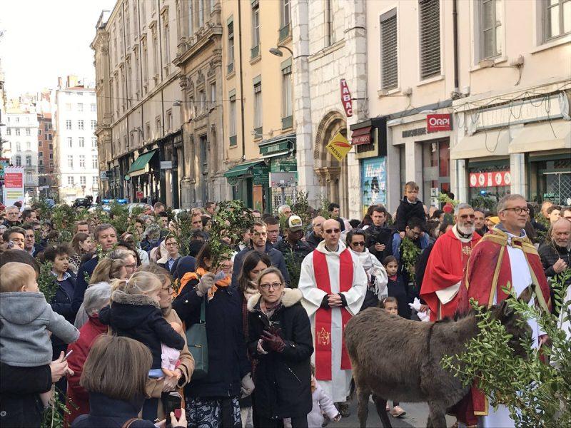 Alerte à la bombe et évacuation de l'église Saint Nizier à Lyon juste après l'évangile
