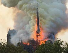 Notre Dame est en feu, d'une pierre plusieurs coups ?