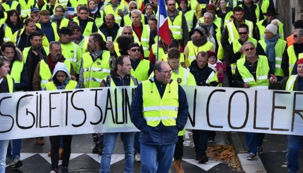 Gilets jaunes : Emmanuel Macron croit à la théorie du complot