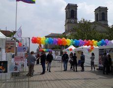 Le stand LGBT chahuté par les étudiants de l'ICES était… devant une église