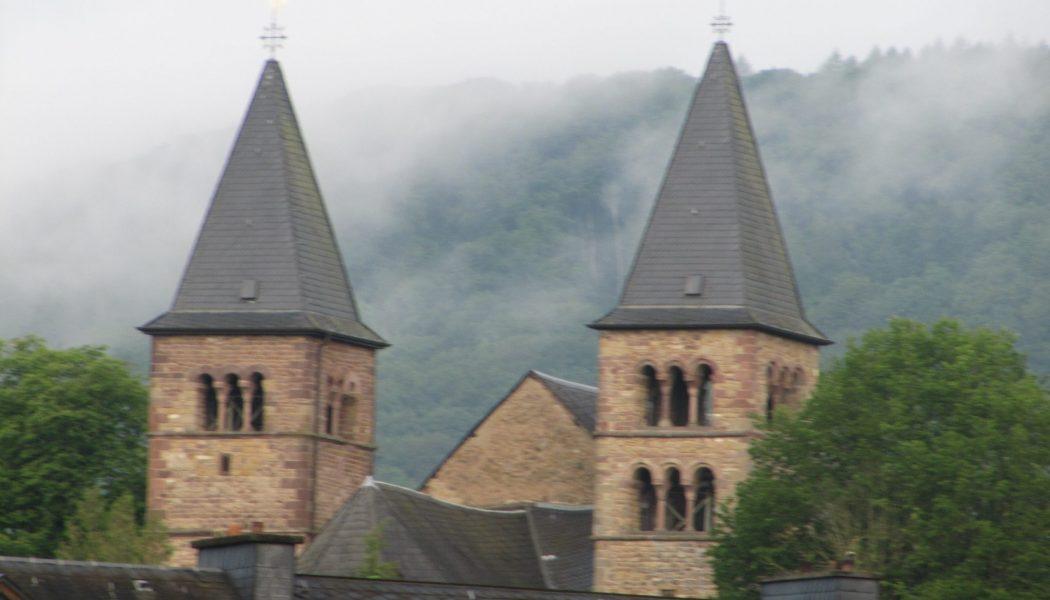La procession dansante de saint Willibrord a eu lieu à Echternach au Luxembourg