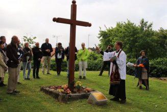 Bénédiction d'une Croix offerte par Notre-Dame de Chrétienté, installée sur les ruines de l'église de Gas