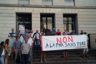 Les Sentinelles des pères devant la préfecture de Nantes, contre l'extension de la PMA