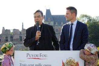 Le Puy du Fou remet 300 000 € pour la restauration de Notre-Dame de Paris