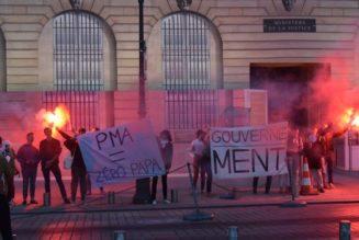 Des Parisiens devant le ministère de la justice