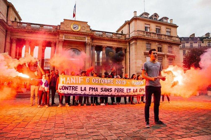 Loi sur la bioéthique : manifestation devant l'Assemblée nationale