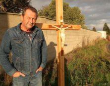 Un maire athée réinstalle un calvaire disparu