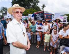 Mgr Aubry avec les manifestants anti-PMA à La Réunion