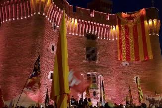 Les indépendantistes catalans brûlent un drapeau français et bloquent l'autoroute