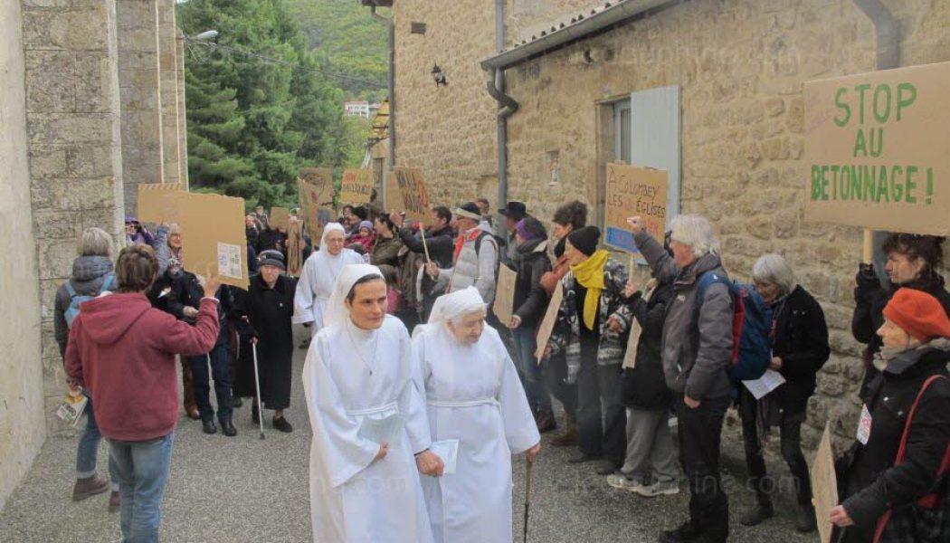 La Famille Missionnaire de Notre Dame dépose plainte contre les auteurs des affichages et des graffitis sauvages