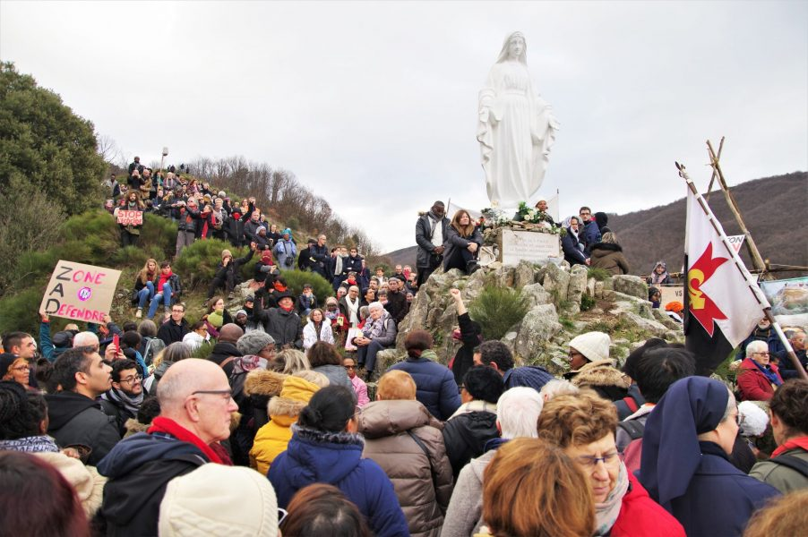 """Une fête de Notre-Dame des Neiges pas comme les autres : 1 000 pèlerins et 150 anarchistes """"se retrouvent""""…"""