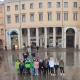 Des collégiens italiens chantent le Puer Natus sur une place publique