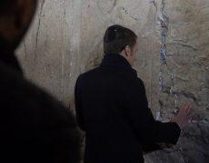 """Emmanuel Macron se trompe en désignant le christianisme comme une """"religion du livre"""""""