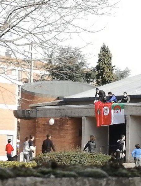 Albi : des musulmans placent des drapeaux algériens, marocains et tunisiens sur le toit de l'église Saint-Jean
