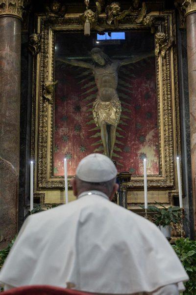 Le Pape en prière devant le crucifix qui sauva Rome de la Grande Peste