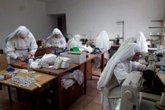 Le bien ne fait pas de bruit : ces religieuses françaises qui fabriquent des masques sur leur propre réserve