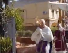 Dans Palerme déserte, un prêtre en procession avec le Saint-Sacrement