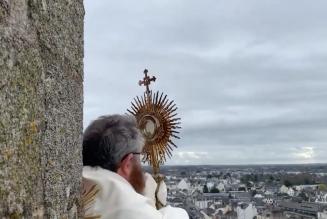 Procession du Très Saint Sacrement et bénédiction de la ville de Vannes