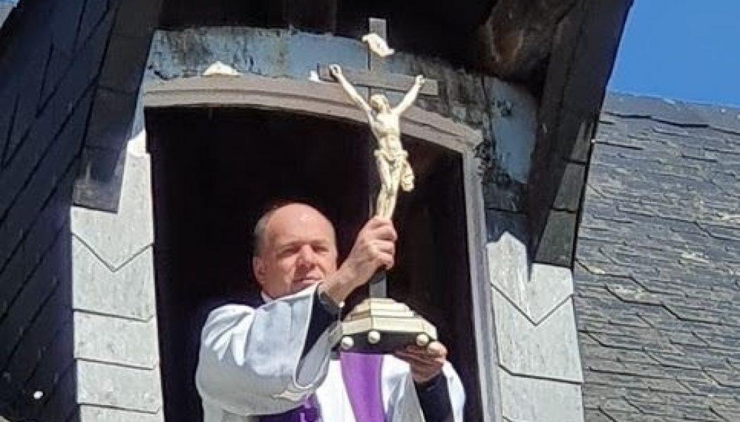 Le curé d'Honfleur bénit la ville avec le crucifix des capucins