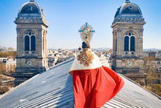 Paris : bénédiction depuis le toit de l'église Saint-François Xavier