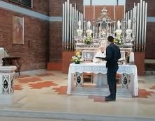 En Italie aussi, des policiers tentent d'interrompre une messe