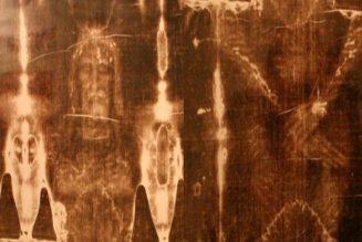 Emanuela Marinelli présente les blessures du Christ à partir du Saint-Suaire