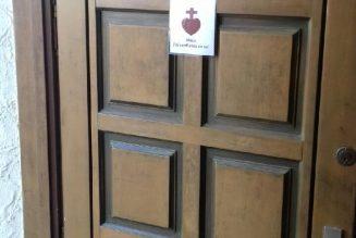 Mettons l'image du Sacré Cœur de Jésus sur la porte de notre maison