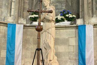 Procession à Rouen avec la croix présentée à sainte Jeanne d'Arc sur son bûcher