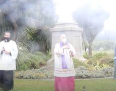 L'archevêque de San Francisco effectue un exorcisme là où la statue de St. Junípero Serra est tombée, demandant la miséricorde de Dieu