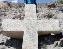 Une croix chrétienne de près de trois tonnes découverte dans les montagnes de l'Himalaya